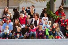 观众神色在亚特兰大圣诞节游行的预期 库存照片