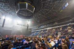 观众等待音乐会俄国摇滚乐队的开始 免版税库存照片