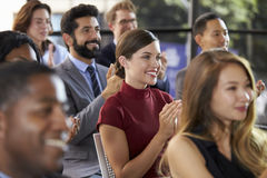 观众鼓掌在企业研讨会的,关闭  库存图片