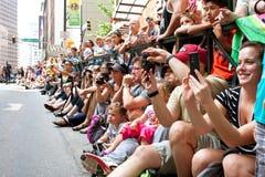 观众组装街道观看的龙骗局游行在亚特兰大 免版税库存图片