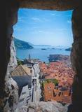 观光从城市老镇的窗口的杜布罗夫尼克克罗地亚 免版税库存照片