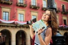 观光和拿着指南地图的女性游人 免版税库存照片