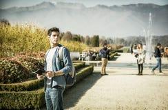 观光在公园的英俊的年轻人 免版税库存图片