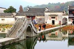 观光在古老水村庄宏村,中国 免版税库存图片