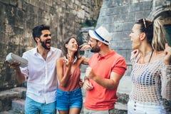 观光在城市的年轻愉快的游人 免版税库存图片