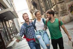 观光在城市的年轻愉快的游人 库存照片