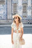 观光在外国城市在周末期间国外,时髦妇女旅客的后面观点的一个年轻女性流浪汉走在u 免版税库存图片