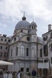 观光在威尼斯的教会和人的角度图 库存照片