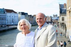 观光在欧洲的愉快的资深夫妇 免版税库存照片