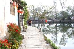 观光在沿湖的一条风景街道在水村庄宏村,中国 免版税图库摄影