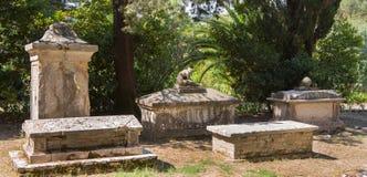 观光在科孚岛市:有趣的地方-古老和老b 免版税库存图片