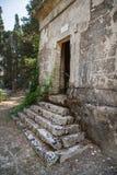 观光在科孚岛市:有趣的地方-古老和老b 库存图片
