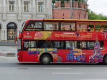 观光在街道上的红色游览车城市在莫斯科 库存照片
