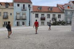 观光在里斯本附近的三个人 免版税库存照片