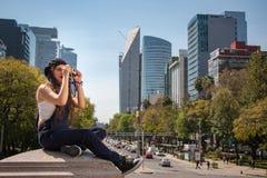 观光在雷福马大道的逗人喜爱的行家摄影师女孩 免版税库存照片
