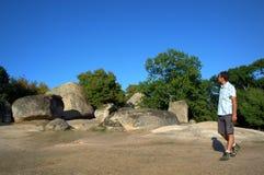 观光在Beglik塔什圣所的旅游人 免版税库存照片