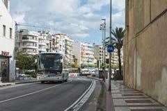 观光的公共汽车向在布拉内斯街西班牙上的巴塞罗那 库存照片