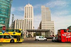 观光的公共汽车在Postdamer普拉茨,柏林 图库摄影