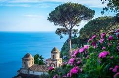 观光的别墅Rufolo和这是拉韦洛山顶设置的庭院在意大利的最美好的海岸线,拉韦洛,意大利 免版税库存照片