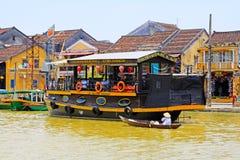 观光的小船在会安市古镇,越南联合国科教文组织世界遗产名录 库存图片