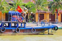 观光的小船在会安市古镇,越南联合国科教文组织世界遗产名录 免版税库存照片