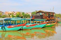 观光的小船在会安市,越南联合国科教文组织世界遗产名录 免版税库存图片