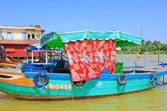 观光的小船在会安市,越南联合国科教文组织世界遗产名录 库存图片