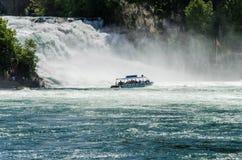 18 04 818 观光的小船游泳接近莱茵瀑布 免版税库存图片