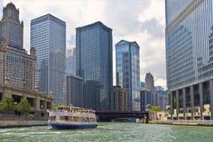 观光的小船,芝加哥河,伊利诺伊 免版税库存图片