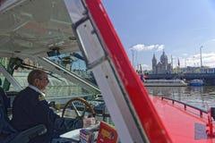 观光的小船,阿姆斯特丹,荷兰的上尉 免版税库存图片