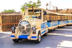 观光的火车在迪拜徒步旅行队公园等候乘客 库存照片