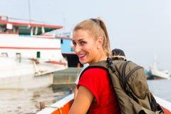 观光的雅加达游人在小船旅行在港口 免版税库存照片