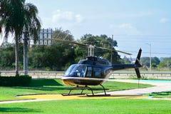 观光飞行的直升机 免版税图库摄影