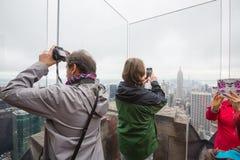 观察台的游人拍摄了纽约看法  免版税库存照片