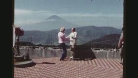 观察平台的游人在富士山 影视素材