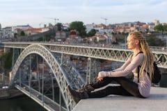 观察平台的Blondy妇女在Dom我跨接的雷斯,杜罗河河,波尔图对面 库存图片