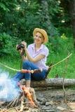 观察自然概念 女孩在森林女孩的鸟类学远征在森林里享受远足观察自然 她的爱好 库存照片