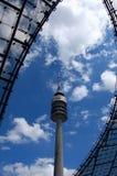 观测塔在天空的Munic 免版税库存图片