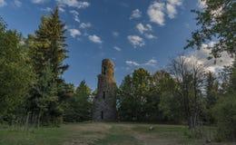 观测塔Krasno在Slavkovsky les山的夏天晚上 免版税图库摄影