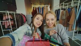 观点做与纸袋的射击了可爱的小姐selfie在妇女` s衣裳精品店 女孩是 影视素材