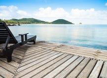 观点和一把椅子在岸在海附近 免版税库存图片