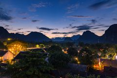 观点和美好的风景在日落在Vang Vieng,老挝 免版税图库摄影