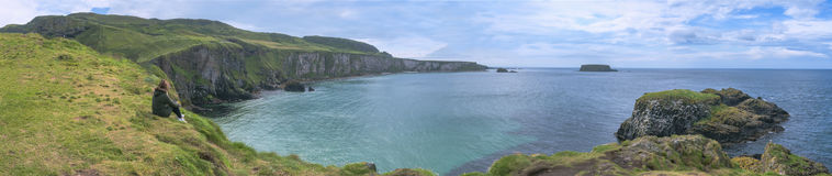 观点在Carrick-a-Rede在Ballintoy附近的一个著名旅游胜地在安特里姆郡在北爱尔兰 库存照片