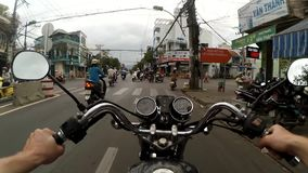 观点录影从一辆摩托车、摩托车或者滑行车的车手的后面在街道或农村路,越南上 影视素材