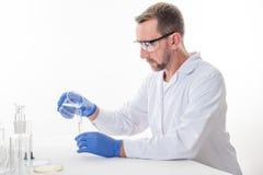 观点的一个人在实验室里,当执行试验时 免版税库存照片
