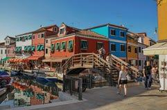 观点的五颜六色的大厦、桥梁和人Burano的 免版税库存照片
