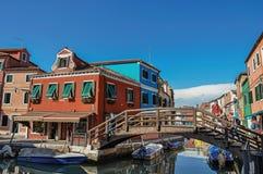 观点的五颜六色的大厦、桥梁和人Burano的 库存图片