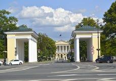 观点的亲pileas和斯莫尔尼宫学院在一个夏天晴天 圣彼德堡 免版税库存照片