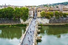 观点的人在圣从Castel Sant `安吉洛的天使桥梁走在罗马市 免版税库存照片