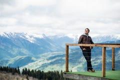 观点的人在山 愉快和微笑,看对天空 免版税库存照片